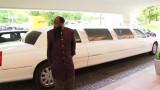 David Owuor sortant d'une limousine