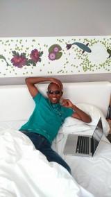 Le pasteur escroc dans sa chambre d'hôtel
