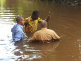 Kacou Bar-jésus baptisant ses apôtres