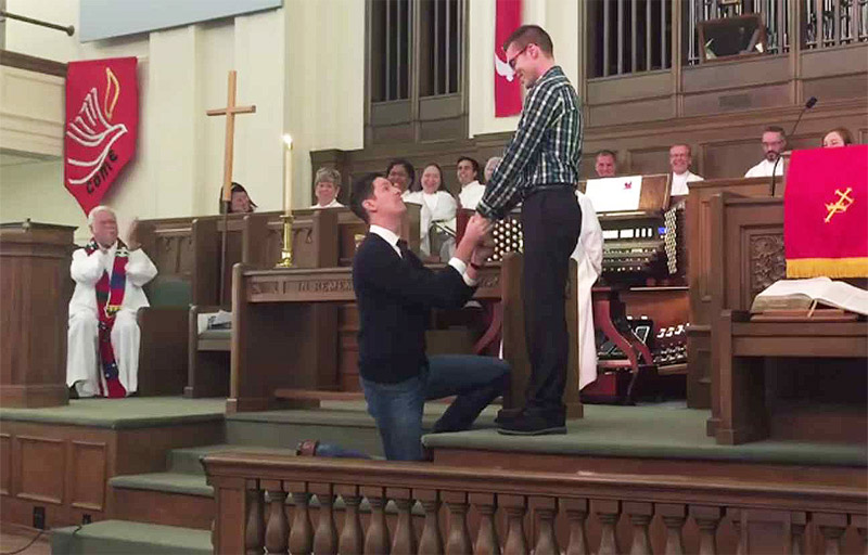 Un homo fait une demande de mariage dans l'église